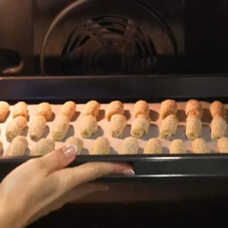 Выпекаем печенье в разогретой до 180 °C духовке 20-25 мин (ориентируйтесь по своей духовке и толщине печенья).