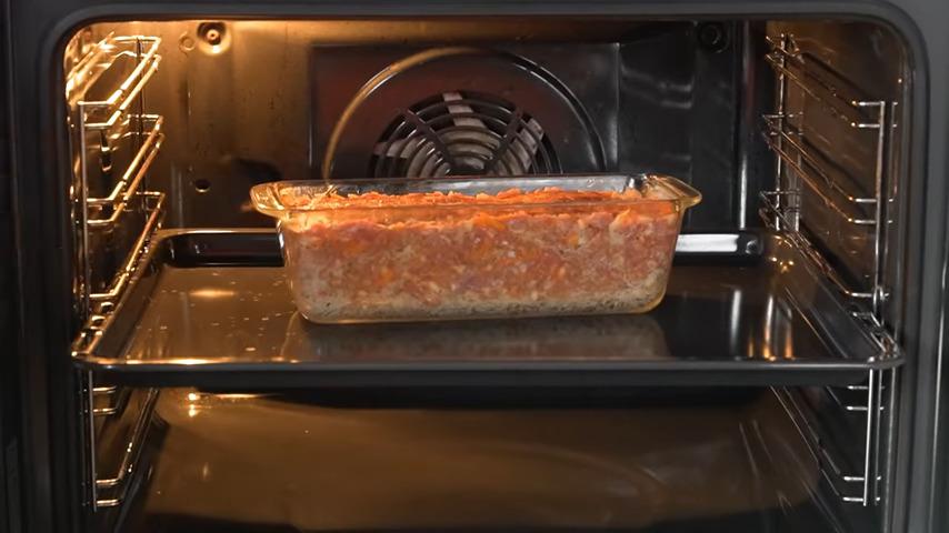 Ставим в духовку разогретую до 180 °C. Запекаем примерно 50 минут.