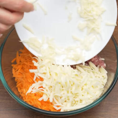 Сюда же кладём подготовленный сыр.