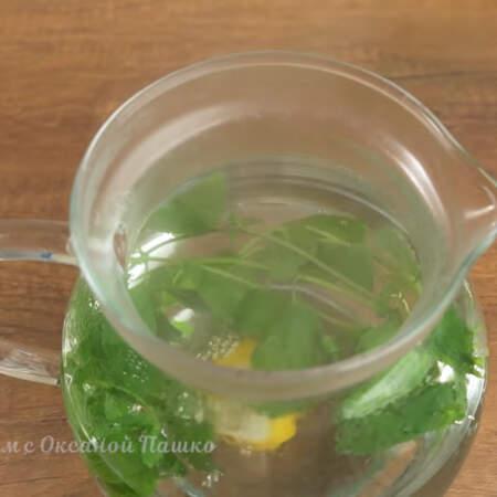 Сюда же в чайник добавляем дольку лимона. Даем настояться чаю 10-15 минут.