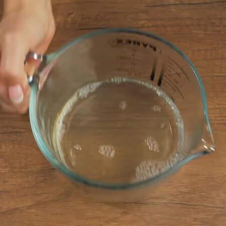 Опять перемешиваем. Если чай будет недостаточно горячим, чтоб растворился желатин, то его нужно немного разогреть.