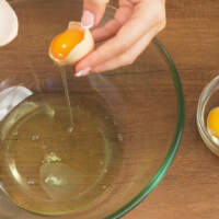 Яйца разделяем на белки и желтки.