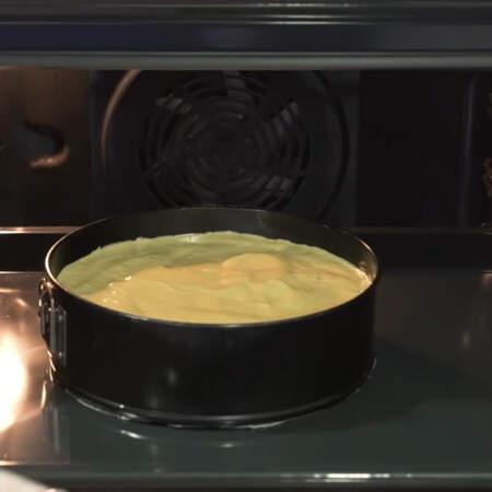 Бисквит выпекаем в разогретой до 180 °C примерно 35 минут.