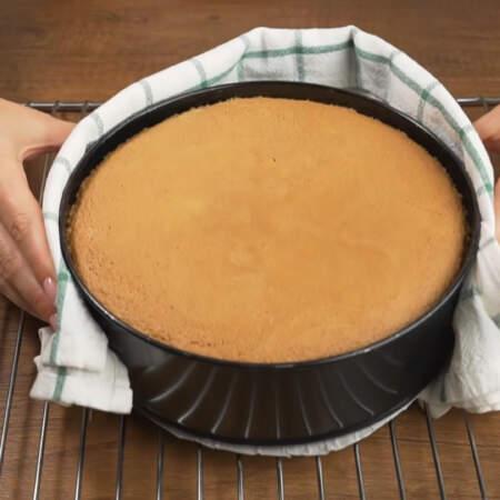 Готовый бисквит достаем из духовки.