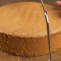 Бисквит нарезаем на три примерно одинаковые коржа.
