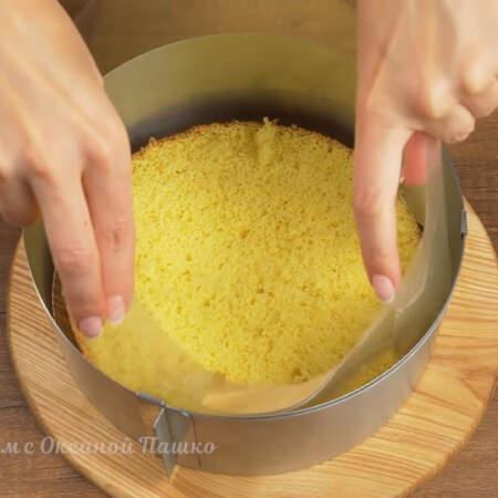 Складываем торт. В кулинарное кольцо кладем первый бисквитный корж.  Между кольцом и бисквитом ставим ацетатную пленку.