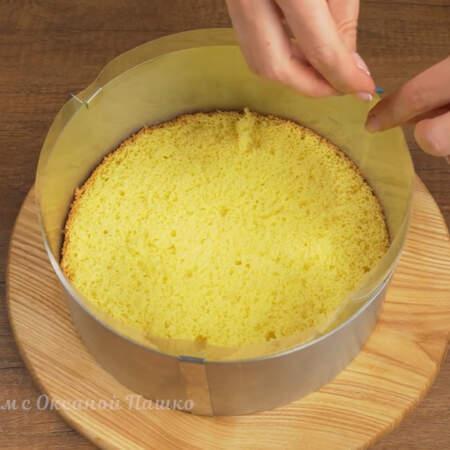 Сжимаем кольцо до размеров бисквита.