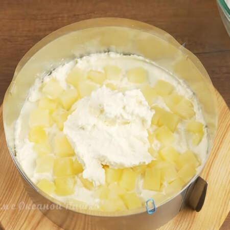 На ананасы снова кладем крем.