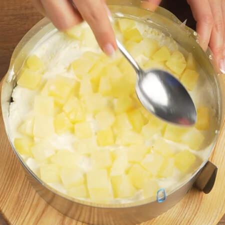 На крем выкладываем вторую половину ананасов.