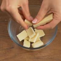 Готовим шоколадную глазурь. В мисочку ломаем белый шоколад или кондитерскую глазурь.