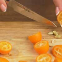 Подготовим фрукты.  Часть кумкватов разрезаем на половинки. Если есть косточки - вынимаем.