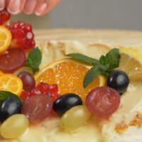 Часть фруктов сверху размещаем так, чтобы они впоследствии были частично залиты желе.