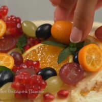Следим за тем, чтобы фрукты по бокам не выходили за пределы торта.
