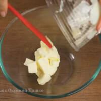 Готовим крем для украшения торта сверху. В миску выкладываем мягкое сливочное масло.