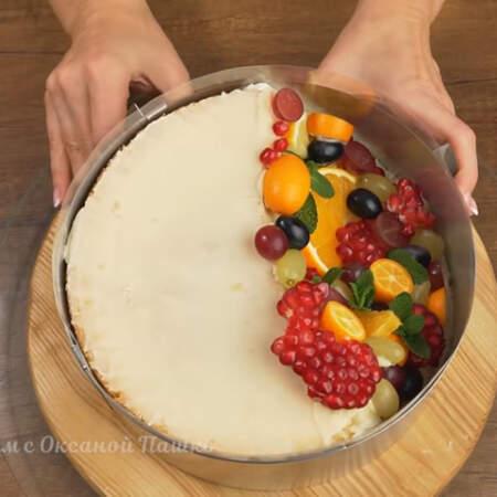 Снова надеваем кольцо на торт и зажимаем его.
