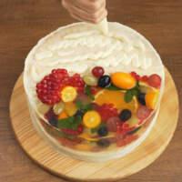 На верх торта тоже наносим крем.