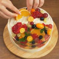Сверху на крем клеим фрукты в хаотичном порядке.