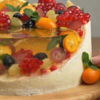 Также немного фруктов можно приклеить сбоку торта.