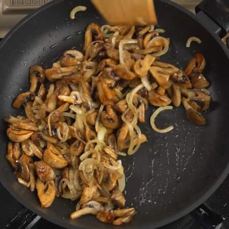 Жарим грибы с луком до готовности лука.  В конце грибы солим, перемешиваем и снимаем с огня.