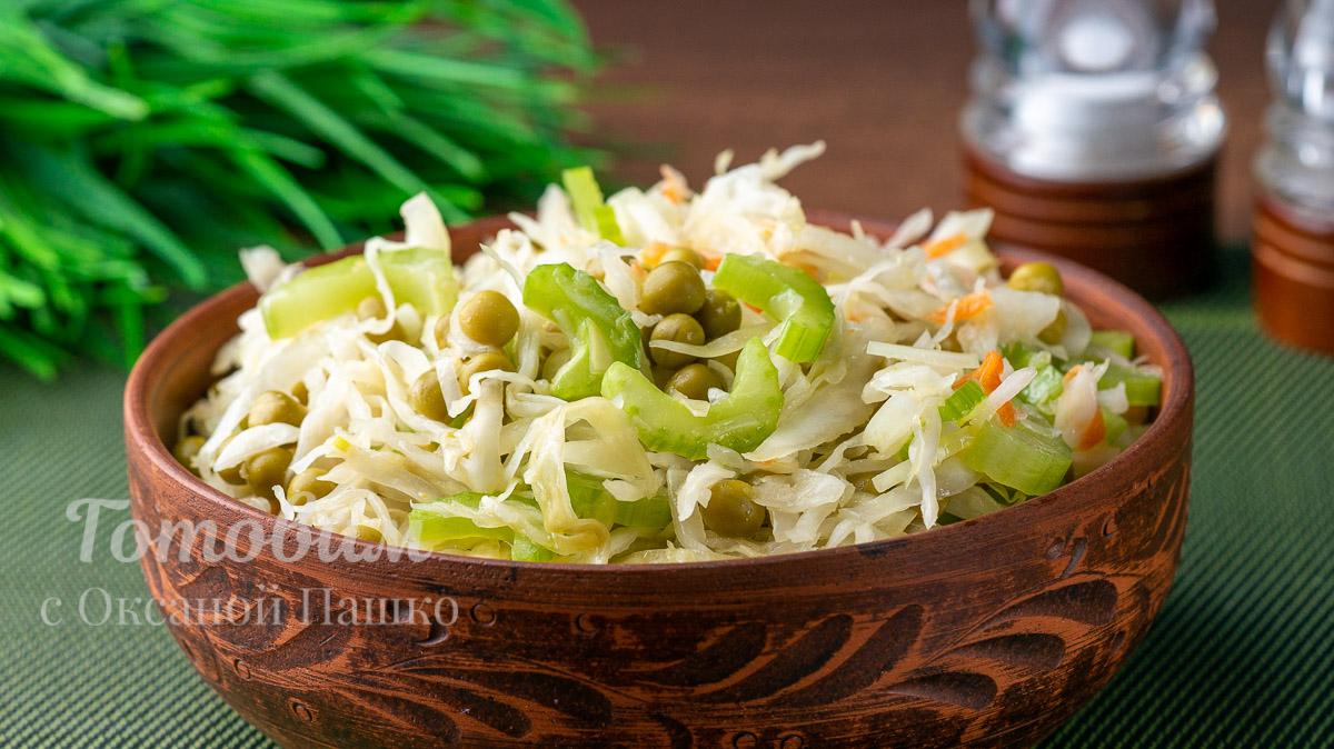 Салат из квашеной капусты с горошком