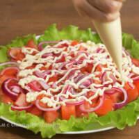 На помидоры наносим сеточку из майонеза.