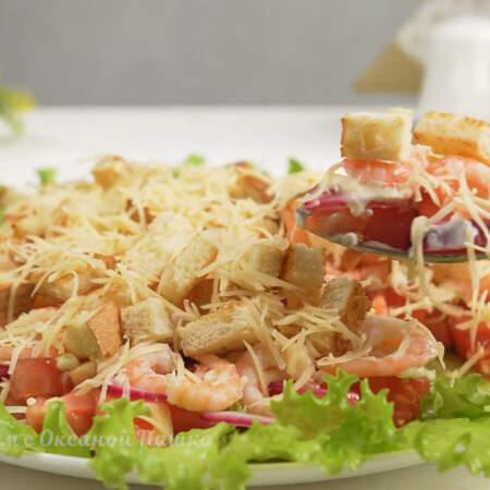 Он получился вкусным, сочным и легким.  Такой салат с креветками несомненно украсит любой праздничный стол!
