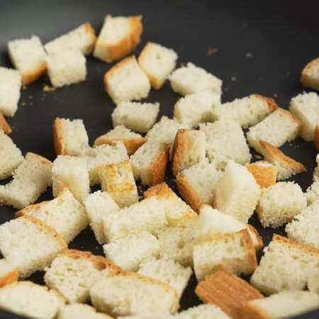 Кладем нарезанный хлеб на сухую разогретую сковороду.