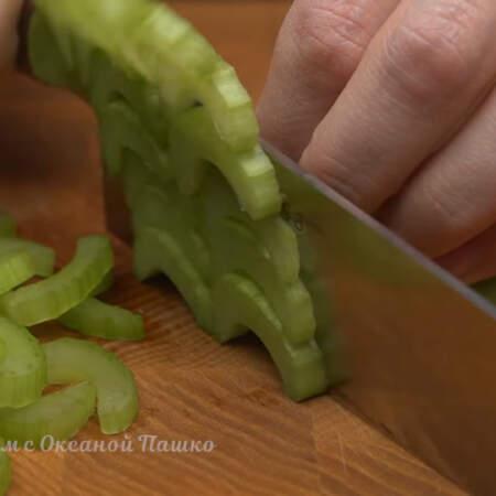 Стебли сельдерея нарезаем кусочками.