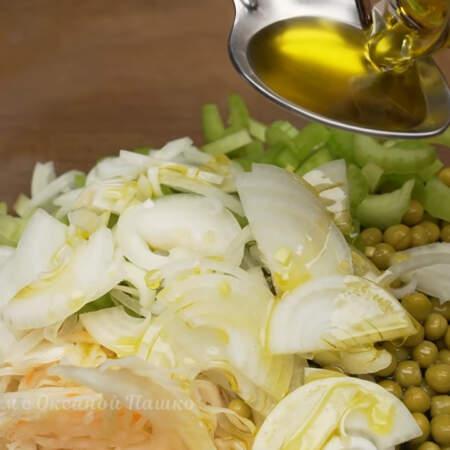 Салат заправляем растительным маслом.