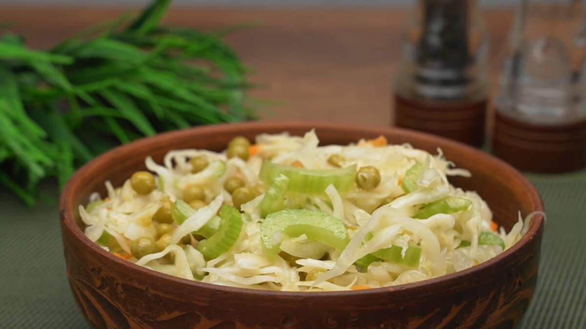 Полезный витаминный Салат из квашеной капусты с горошком готов. Непременно воспользуйтесь этим легким и вкусным рецептом на каждый день!