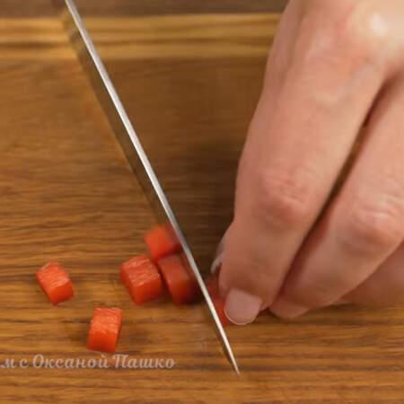 Небольшой кусочек сладкого перца нарезаем на маленькие кубики.