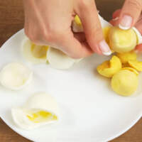Сначала подготовим начинку. 3 вареных яйца разделяем на желток и белок.
