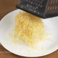 Также на мелкой терке трем 100 г сыра.