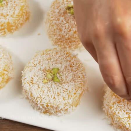 Каждый десерт украшаем сверху фисташками. Блюдо готово, можно подавать на стол.