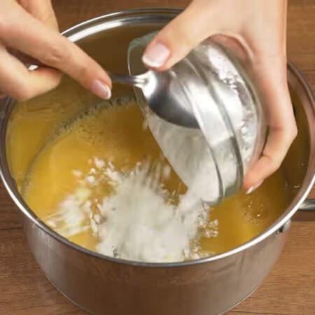 В кастрюлю наливаем 800 мл апельсинового сока. Я использую покупной,но также можно взять свежевыжатый.  Сюда же насыпаем 70 г сахара и 65 г кукурузного крахмала.