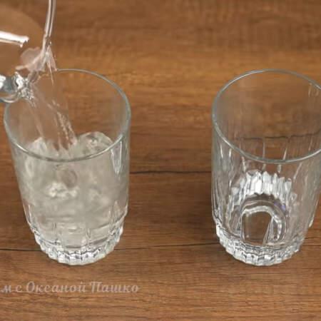 В высокие и узкие стаканы наливаем теплую воду и сразу же ее выливаем.  Это делается для того, чтоб потом легче было достать десерт и немного нагреть стаканы.