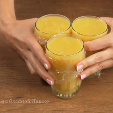 Оставляем при комнатной температуре, до полного остывания. Когда все остынет, накрываем стаканы пищевой пленкой и ставим в холодильник на час, можно и дольше.