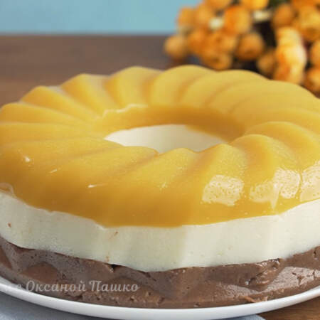 Торт готов можно подавать на стол. Торт без выпечки получился очень вкусным, красивым и необычным.  В нем отлично сочетаются белый сливочный слой с шоколадным. А апельсиновый слой придает этому торту особую кислинку и неповторимый вкус.