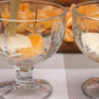 Собираем десерт. В креманки на дно кладем несколько долек мандаринов. Заливаем мандарины подготовленным кремом, пока они не скроются.