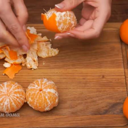 Пока остывает шоколад, подготовим мандарины. 5-6 мандарин очищаем от кожуры.