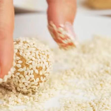 И оставшиеся конфеты обваливаем в кунжутных семечках.  Также конфеты можно обвалять в измельченных орехах или сахарной пудре.