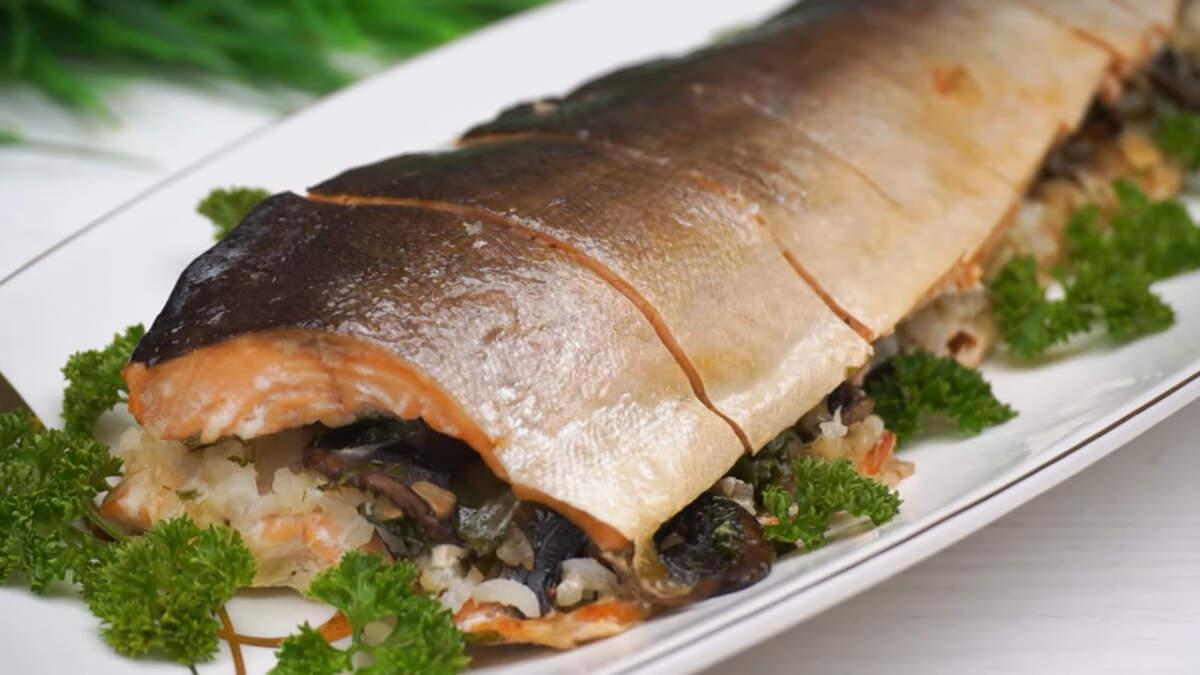 Третьим блюдом приготовим Горбушу в духовке.  Горбуша сама по себе вкусная рыба, а дополнение грибной начинки делает ее еще вкуснее и ароматней. Блюдо готовится несложно и отлично подходит для праздничного стола.