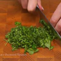 Измельчаем небольшой пучок зелени из петрушки и укропа.