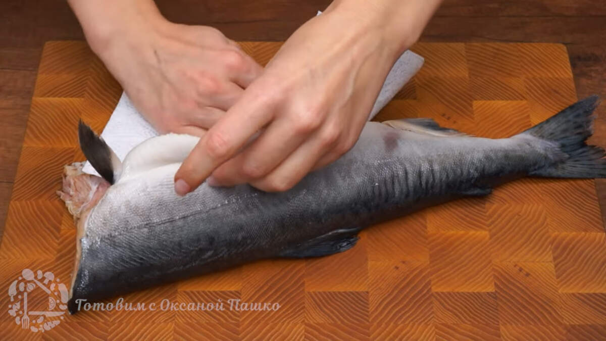 Подготовим горбушу. Рыбу моем чистим от чешуи и обсушиваем бумажными полотенцами. Из нее нужно подготовить два филе.