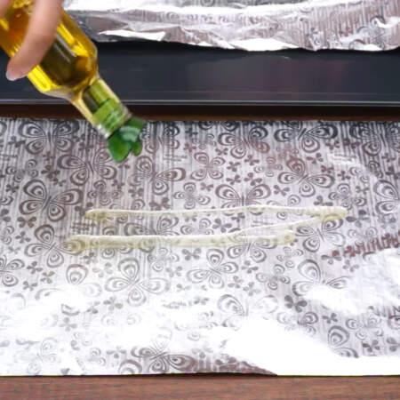 Второй лист фольги по середине тоже смазываем растительным маслом.