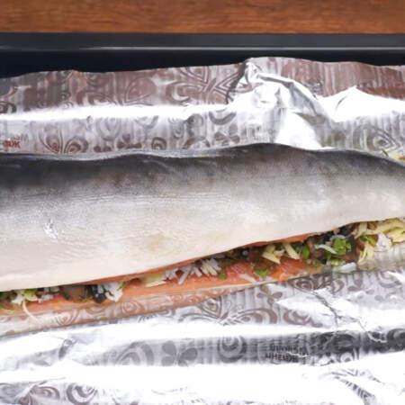 Также смазываем сверху и филе. Это нужно для того, чтобы рыба не приклеилась к фольге.