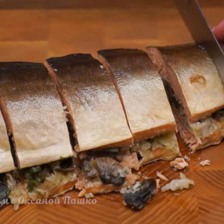 Перед тем как подавать фаршированную рыбу на стол, ей нужно дать немного остыть и разрезать на порционные куски.