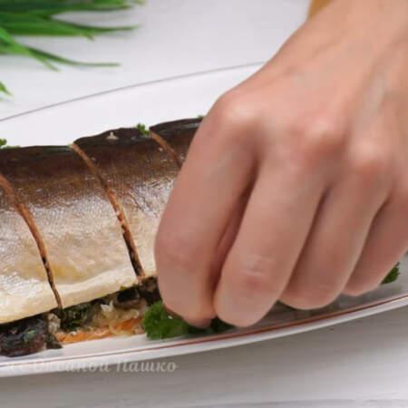 Блюдо с рыбой украшаем листьями петрушки.