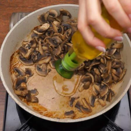 Когда вся жидкость испарилась, добавляем растительное масло