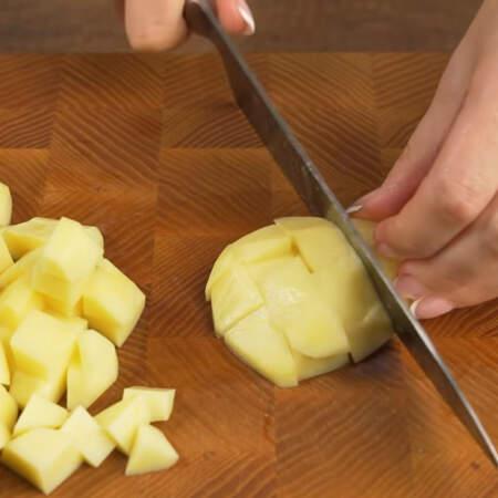 Пока все варится подготовим остальные ингредиенты. 300 г картофеля нарезаем небольшими кубиками.